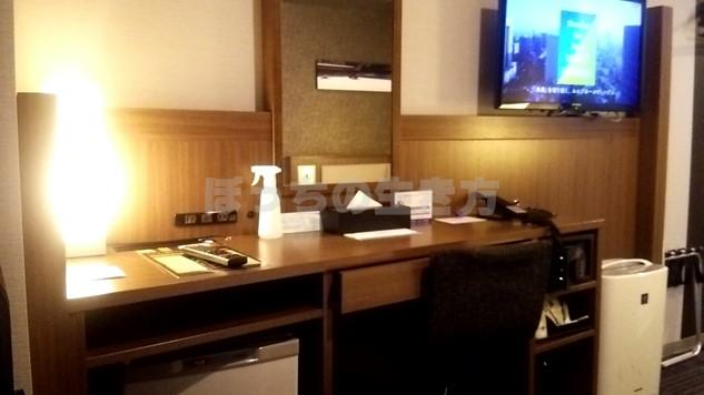 ホテルユニゾ四条烏丸のシングルルームの机