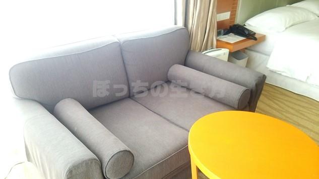 シェラトン広島のデラックスコーナーキングルームのソファー
