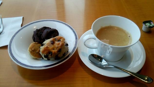 クラブラウンジティータイムのコーヒーとマフィン