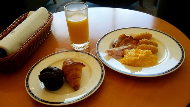 シェラトン広島のクラブラウンジ朝食のオレンジジュースとドリンク