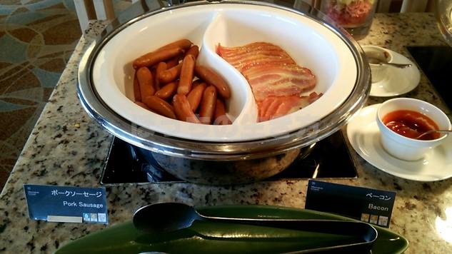 シェラトン広島のクラブラウンジ朝食のソーセージとベーコン