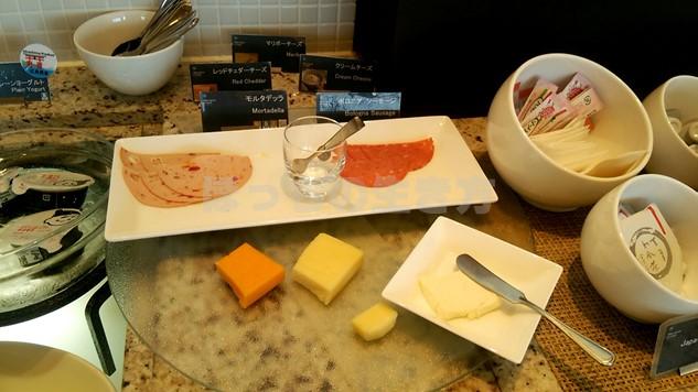 シェラトン広島のクラブラウンジ朝食の生ハムとチーズ