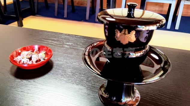 京都特別観光ラウンジの昆布茶と和菓子