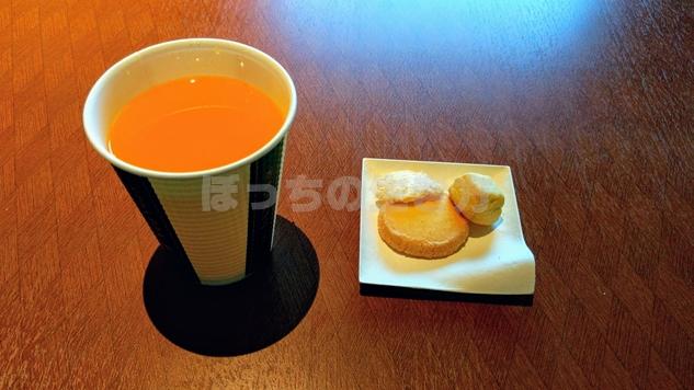 リーガロイヤル大阪19階カフェラウンジのオレンジジュースとお菓子