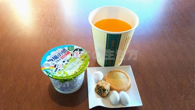 リーガロイヤル大阪のカフェラウンジででる朝食ヨーグルトとお菓子