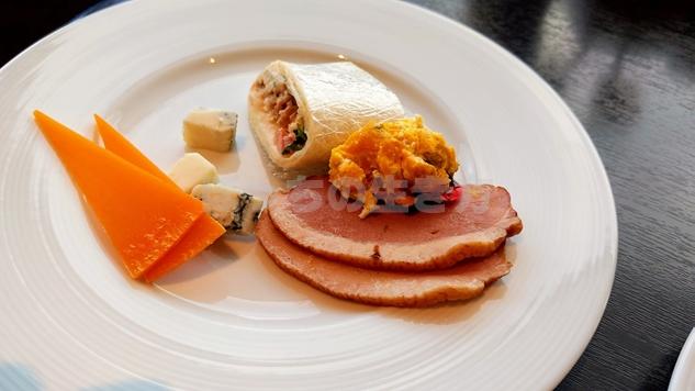 カクテルタイムのチーズと鴨肉