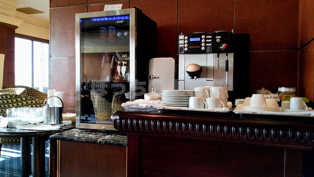 エグゼクティブラウンジの冷蔵庫とコーヒーマシン