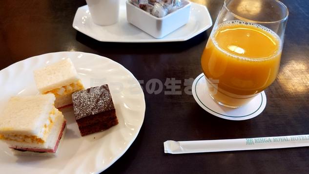 リーガロイヤル大阪のエグゼクティブラウンジのサンドイッチとオレンジジュース