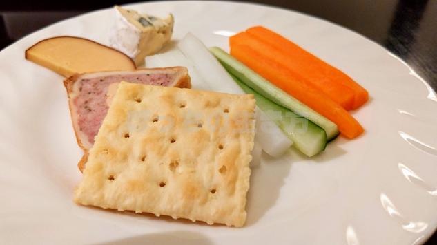 リーガロイヤル大阪のアペリティフドリンクタイムのクラッカーとスティック野菜