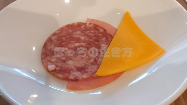 朝食会場ポルトのハムとチーズ