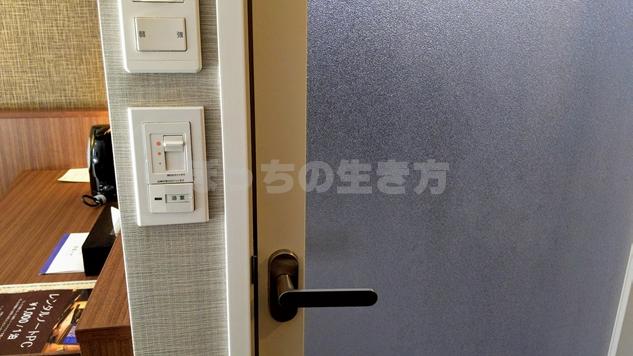 ホテルユニゾ銀座一丁目のバスルームのドアとスイッチ