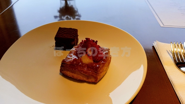 オーバルクラブラウンジのケーキ