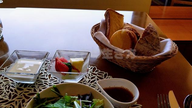 クラブラウンジの朝食パンとヨーグルト