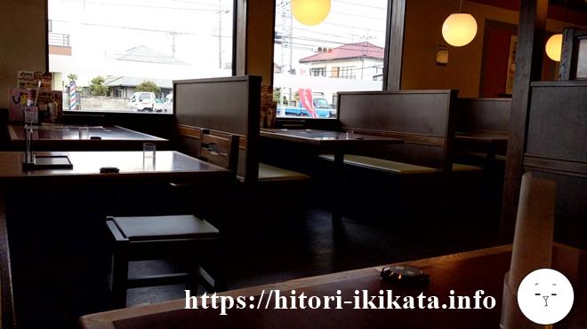和風レストランまるまつの机と椅子