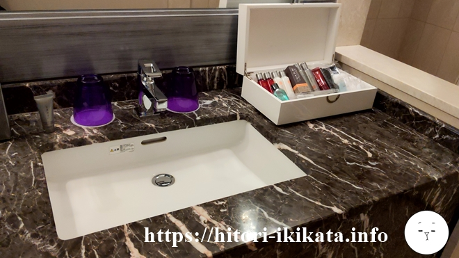 東京マリオットホテルの洗面台のコップ